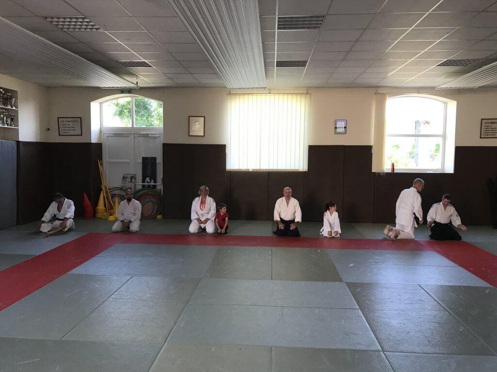 Petit groupe de personnes sur le dojo pour le premier cours après covid